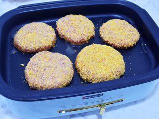 猪排汉堡包,平底锅倒入适量的食用油烧热,放入肉饼,小火煎至金黄色再翻另一面继续小火煎至金黄色