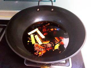 火爆香辣鸭心,锅里加入冷水,放入葱姜,加入所有干料,加入生抽和老抽