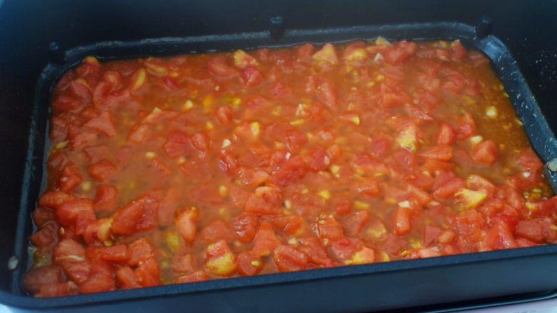 番茄鸡蛋拌面,翻炒至出汁