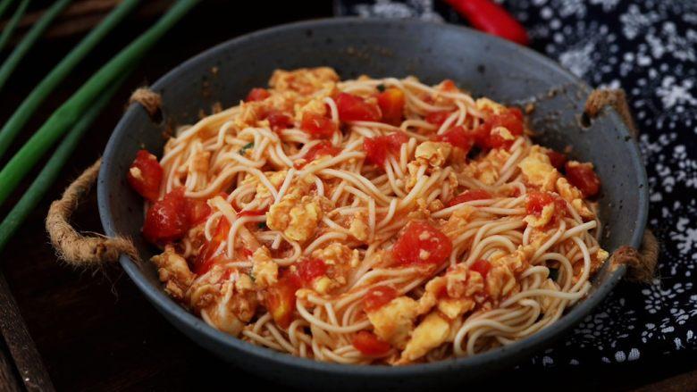 番茄鸡蛋拌面,拌匀即可食用