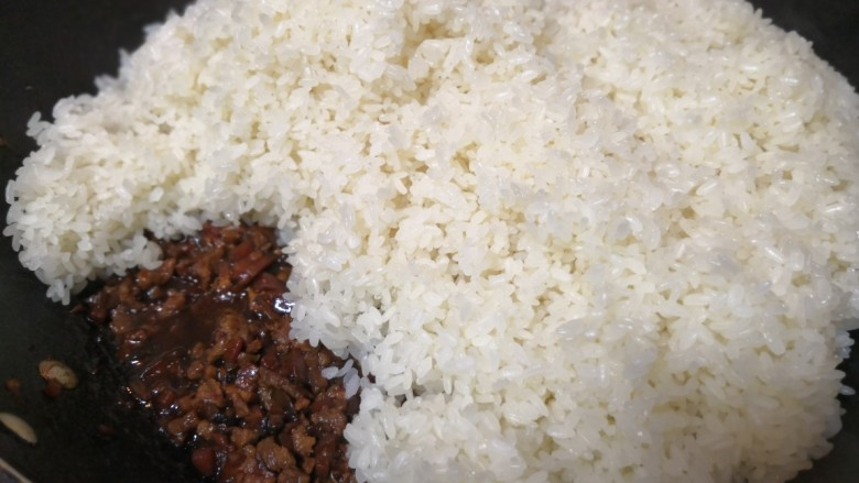 香菇猪肉糯米烧麦,蒸好的糯米趁热倒入卤好的肉汁里。
