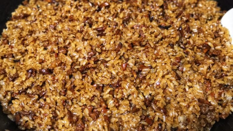 香菇猪肉糯米烧麦,将糯米和肉汁翻拌均匀