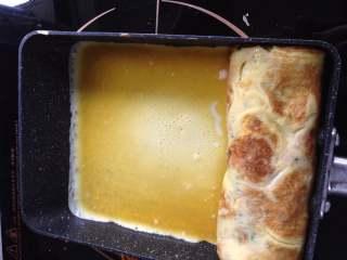 芝士肉松厚蛋烧,再次倒入适量蛋液,小火慢煎,一定要小火