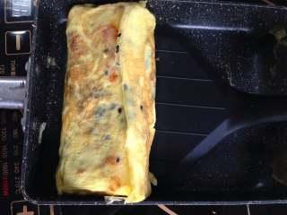 芝士肉松厚蛋烧, 直到用完所有蛋液,用铲子压紧蛋卷定型