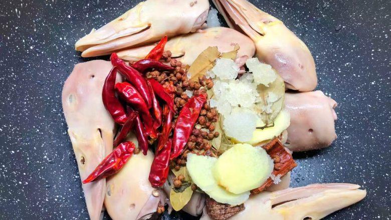 麻辣鸭头,鸭头焯好水用冷水冲洗干净,放入锅里,加入姜片,桂皮,香叶,花椒,干辣椒,冰糖,红糖。