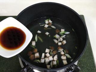 番茄蘑菇汤面,加入酱油。