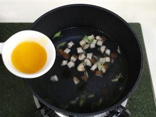 番茄蘑菇汤面,加鸡汁调味料。
