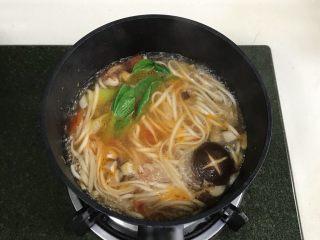 番茄蘑菇汤面,煮6~7分钟至熟。