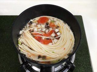 番茄蘑菇汤面,待水开后加入金龙鱼优+活性发酵空心挂面。