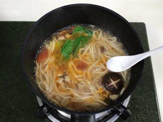 番茄蘑菇汤面,最后加入盐调味。