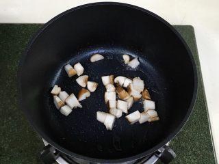 番茄蘑菇汤面,开火,锅中加入少许食用油,加入蘑菇丁炒至变色。