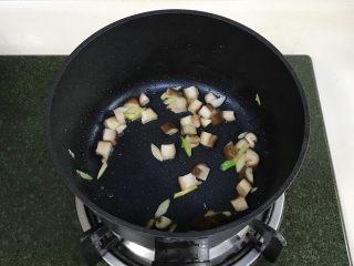 番茄蘑菇汤面,加葱姜翻炒片刻。