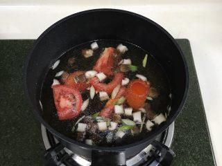 番茄蘑菇汤面,接着加入切好的番茄。