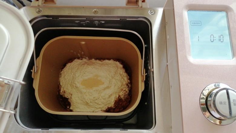 巧克力坚果面包,把面包桶放入到东菱JD08面包机里。