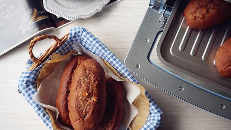巧克力坚果面包,放入已经预热到180度的东菱日系小烤箱,烘烤20分钟左右(实际烘烤温度要根据自家烤箱脾气而定)。烘烤结束,把面包取出,在晾架上晾凉后放入保鲜袋密封,室温保存即可