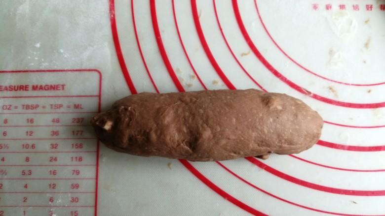 巧克力坚果面包,从上往下卷起,下端压薄,这样收口处就会粘紧,卷成橄榄形