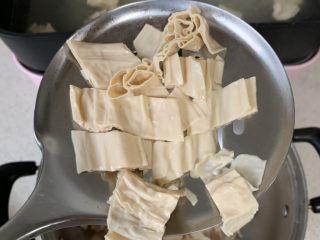 酸辣开胃凉拌腐竹,开水烫煮2-3分钟。捞出、过凉水,洗净、沥干。