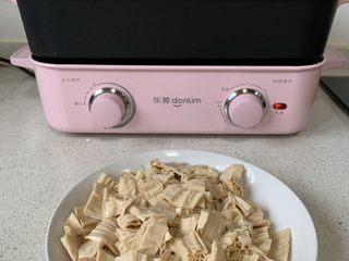 酸辣开胃凉拌腐竹,切成小段、料理锅中烧水,水开把腐竹放入
