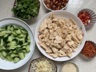 酸辣开胃凉拌腐竹,黄瓜稍微去皮,对切,拍拍拍拍碎、切小块。其他材料备好