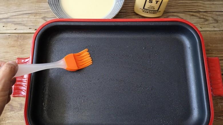 海苔厚蛋烧——简单一步让早餐与众不同,平底锅上刷一层薄油。