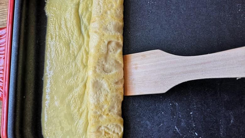 海苔厚蛋烧——简单一步让早餐与众不同,定型的蛋皮从一边开始卷起,尽量卷的紧凑一些。卷好的蛋皮放置在锅子另一边。