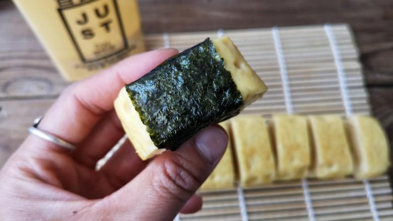 海苔厚蛋烧——简单一步让早餐与众不同,外面裹上一层鲜美的海苔。