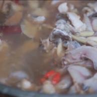 热情的西双版纳石头烫熟一锅鱼,再配上菠萝饭,美滋滋