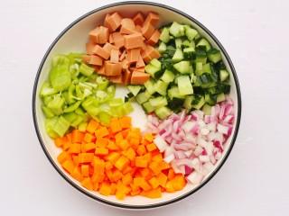 好吃到飞起的虾仁酱油炒饭,火腿、黄瓜、胡萝卜、青椒、洋葱洗净切丁备用。