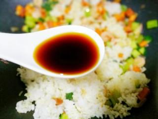 好吃到飞起的虾仁酱油炒饭,加一勺生抽。