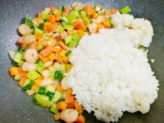 好吃到飞起的虾仁酱油炒饭,调最小火,加入米饭,迅速炒散。