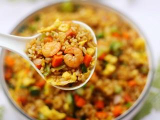 好吃到飞起的虾仁酱油炒饭,超好吃。