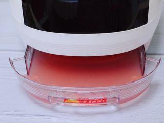 红枣花生五彩饭,蒸好后的米饭,把电饭煲的底下的接盘的汤汁取出倒掉不用。