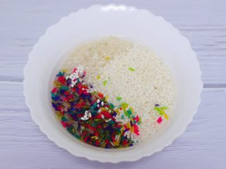 红枣花生五彩饭,把五彩米和大米,糯米用清水浸泡10分钟。