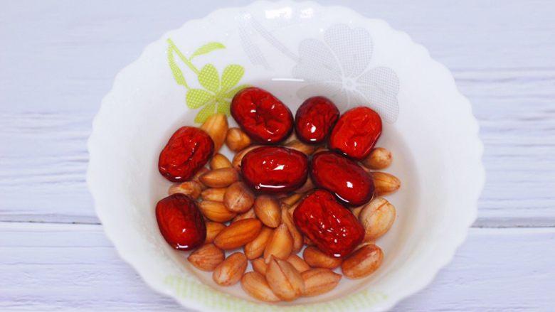 红枣花生五彩饭,把花生和<a style='color:red;display:inline-block;' href='/shicai/ 2470'>红枣</a>提前浸泡半个小时。