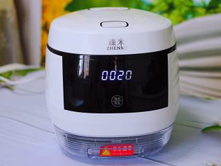 红枣花生五彩饭,这个时候接通电源,盖上锅盖,启动蒸饭模式开始蒸饭。