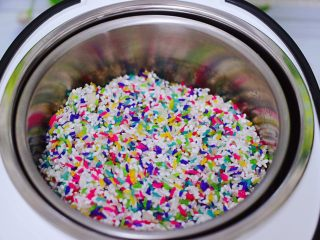"""红枣花生五彩饭,把清洗干净的五彩米和大米,糯米放入""""臻米脱糖电饭煲""""里。"""