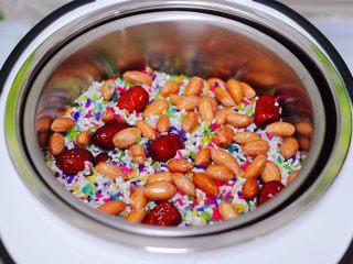 红枣花生五彩饭,上面再放入浸泡清洗干净的花生米和红枣。