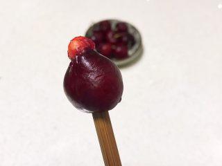 醪糟樱桃小圆子,把大樱桃清洗干净,用筷子把樱桃籽顶出去