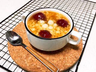 醪糟樱桃小圆子,醪糟樱桃小圆子香甜软糯,有淡淡的米酒味道,还有糯糯的小圆子和甜甜的大樱桃,好吃又好看,营养又美味~
