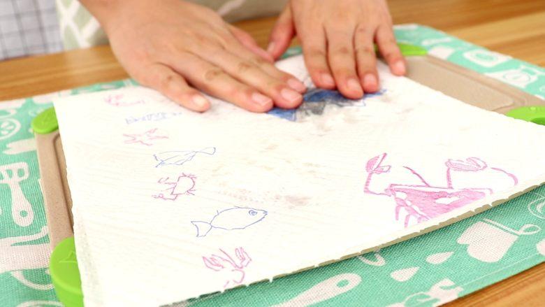 补钙蛋肠,用厨房纸将银鱼和紫菜吸去多余的水分  tips:水分太多,以免影响蛋肠的成型