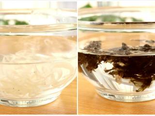 补钙蛋肠,银鱼和紫菜分别用清水浸泡10min、2min,清洗干净  tips:我这里用的是鲜冻银鱼,浸泡10min就可以了,如果用干的银鱼干,建议大家提前浸泡一夜