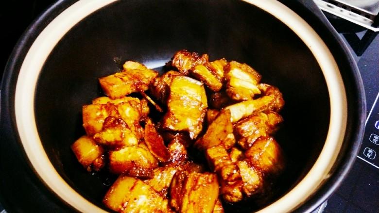 红烧鹌鹑蛋,然后将炒好的五花肉转移到砂锅中