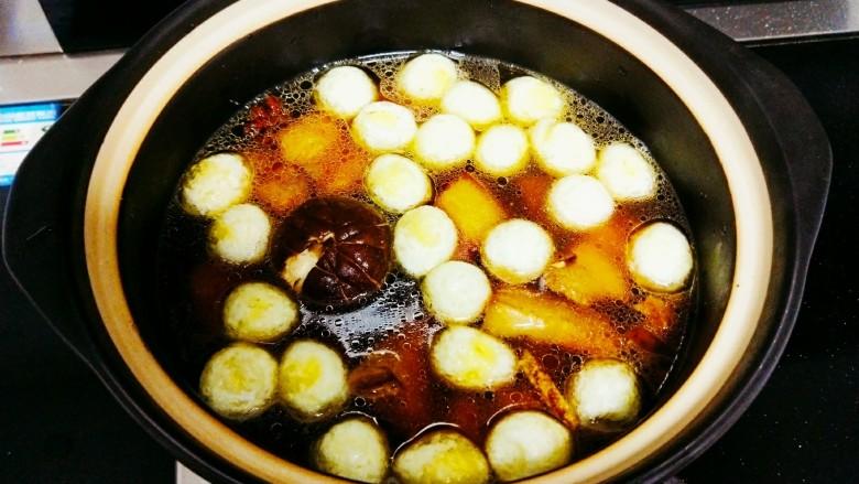 红烧鹌鹑蛋,锅中倒入适量的开水,加入盐和鸡精,盖上盖子,大火炖20分钟,然后开小火慢炖两三个小时