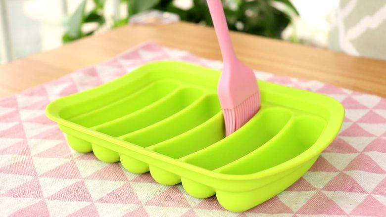 补钙蛋肠,模具刷油  tips:如果没有模具,大家可以用碗或者其他容器代替