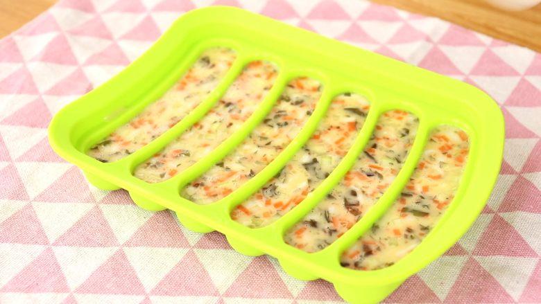 补钙蛋肠,倒入蛋液,盖盖  tips:此时蛋液要边搅拌边倒入,玉米淀粉容易沉淀在底部