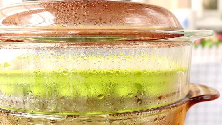 补钙蛋肠,放入沸水的锅中,中火蒸10min左右  tips:建议大家待水沸腾时,再边搅拌蛋液边倒入模具中,直接放入锅中蒸熟,这样就可以避免玉米淀粉沉淀在模具的底部,影响蛋肠的口感了