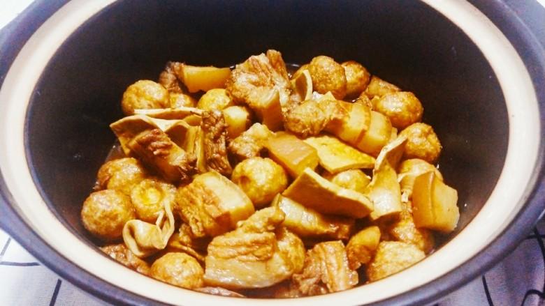 红烧鹌鹑蛋,炖到五花肉烂后,锅中少量水,就可以出锅了