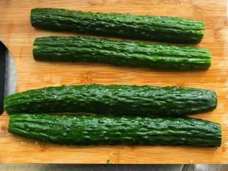 凉拌黄瓜,黄瓜对半切开用刀拍扁