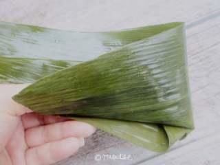 八宝蜜枣粽,填上混和好的米,放上一个蜜枣