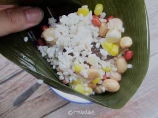 八宝蜜枣粽,放入混合米,用勺子压实